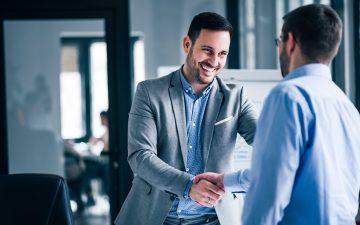 homens-conversando-negocios